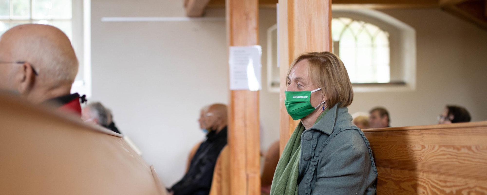 Petra Budke mit Maske in der Kirchenbank